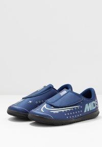 Nike Performance - MERCURIAL VAPOR 13 CLUB IC - Fußballschuh Halle - blue void/metallic silver/white/black - 2