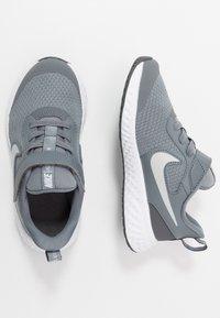 Nike Performance - REVOLUTION 5 - Neutrální běžecké boty - cool grey/pure platinum/dark grey - 0