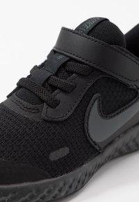 Nike Performance - REVOLUTION 5 - Laufschuh Neutral - black/anthracite - 2
