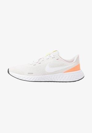 NIKE REVOLUTION 5 GS - Neutral running shoes - platinum tint/white/pink blast/lemon
