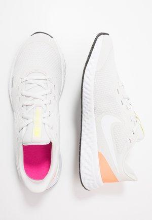 NIKE REVOLUTION 5 GS - Neutrální běžecké boty - platinum tint/white/pink blast/lemon