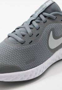 Nike Performance - NIKE REVOLUTION 5 GS - Hardloopschoenen neutraal - cool grey/pure platinum/dark grey - 2