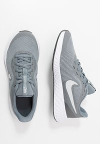 Nike Performance - NIKE REVOLUTION 5 GS - Hardloopschoenen neutraal - cool grey/pure platinum/dark grey - 0