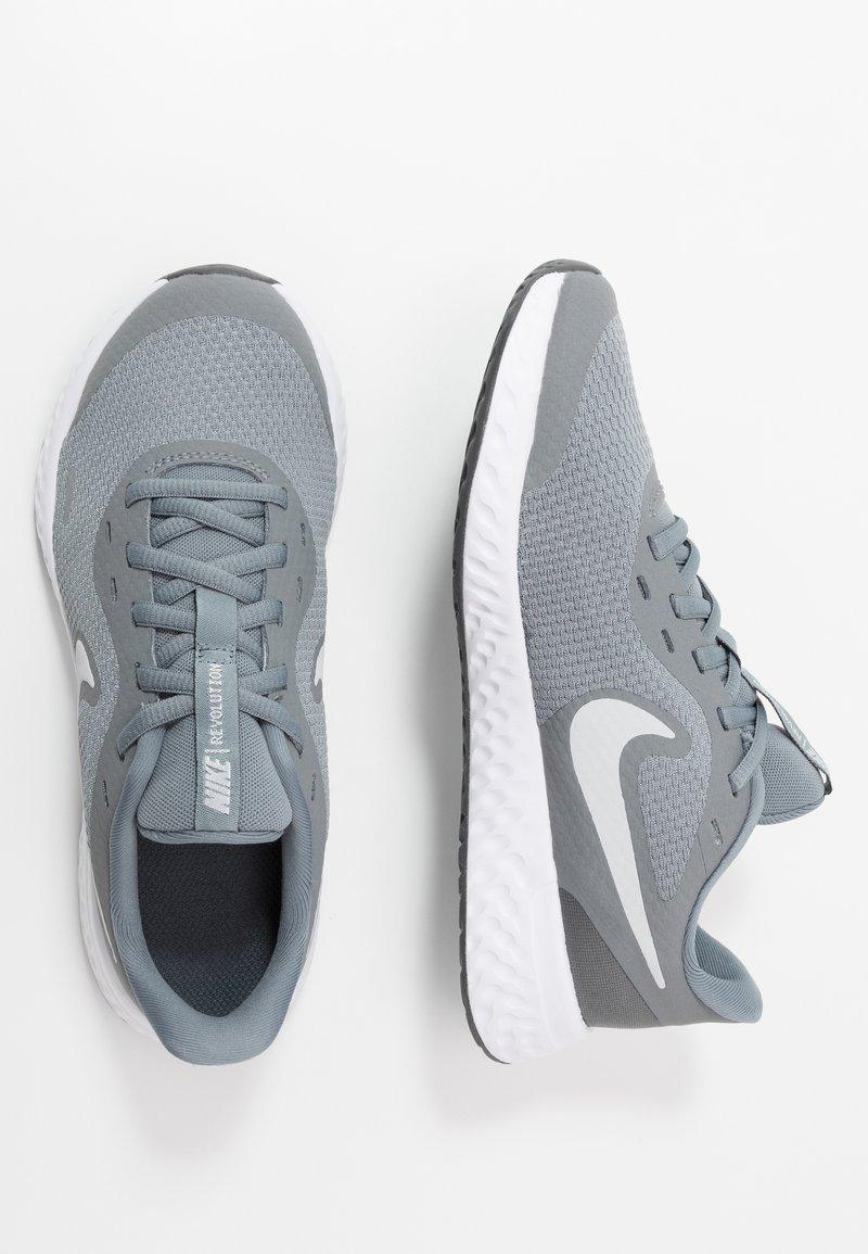 Nike Performance - NIKE REVOLUTION 5 GS - Hardloopschoenen neutraal - cool grey/pure platinum/dark grey