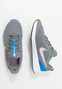 Nike Performance - NIKE REVOLUTION 5 GS - Obuwie do biegania treningowe - smoke grey/iced lilac/white/soar - 0