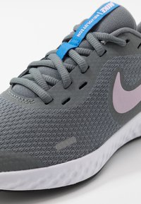 Nike Performance - NIKE REVOLUTION 5 GS - Obuwie do biegania treningowe - smoke grey/iced lilac/white/soar - 2