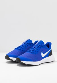 Nike Performance - NIKE REVOLUTION 5 GS - Neutrala löparskor - racer blue/white-black - 3