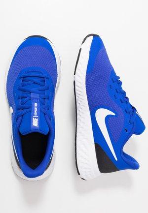 NIKE REVOLUTION 5 GS - Obuwie do biegania treningowe - racer blue/white-black