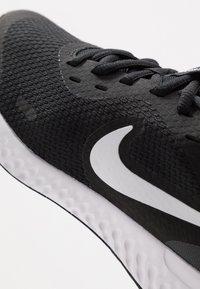 Nike Performance - NIKE REVOLUTION 5 GS - Juoksukenkä/neutraalit - black/white/anthracite - 2