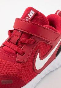Nike Performance - REVOLUTION 5 - Obuwie do biegania treningowe - gym red/white/black - 2