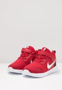 Nike Performance - REVOLUTION 5 - Obuwie do biegania treningowe - gym red/white/black - 3