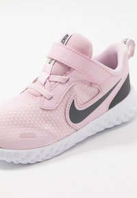 Nike Performance - REVOLUTION 5 - Obuwie do biegania treningowe - pink foam/dark grey - 2