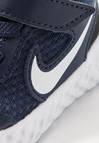 Nike Performance - REVOLUTION 5 - Obuwie do biegania treningowe - midnight navy/white/black - 2