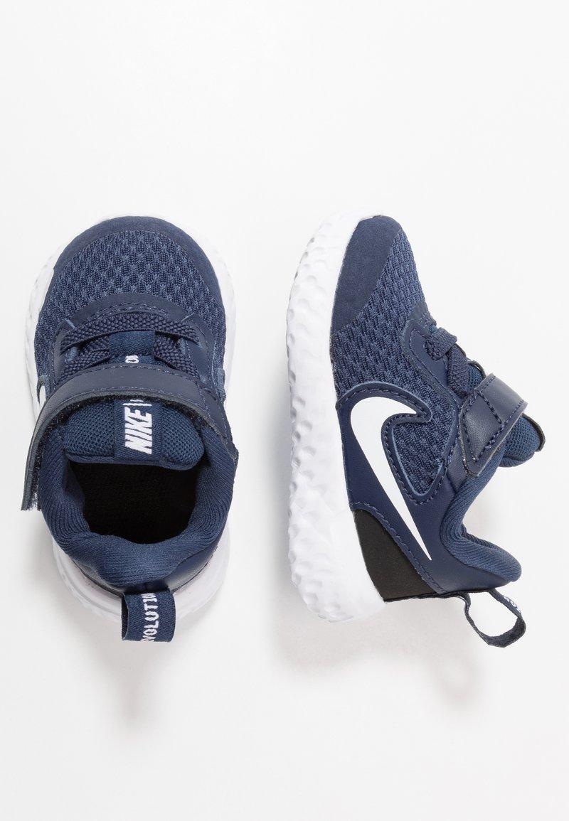 Nike Performance - REVOLUTION 5 - Obuwie do biegania treningowe - midnight navy/white/black