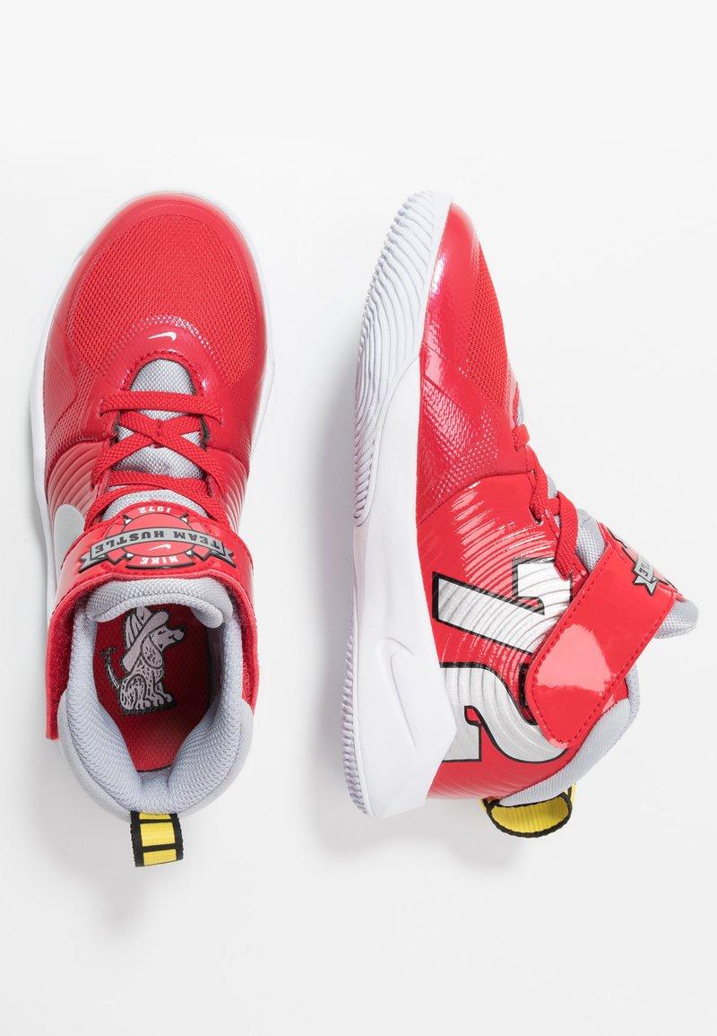 Nike Performance - TEAM HUSTLE D 9 AUTO - Basketbalové boty - university red/metallic silver/wolf grey/white