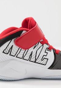 Nike Performance - TEAM HUSTLE D 9 AUTO - Basketballsko - black/metallic silver/white/game royal - 2