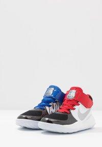 Nike Performance - TEAM HUSTLE D 9 AUTO - Basketballsko - black/metallic silver/white/game royal - 3