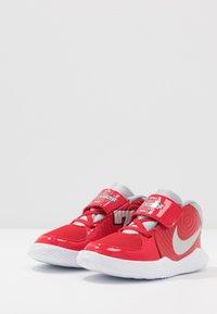 Nike Performance - TEAM HUSTLE D 9 - Basketbalové boty - university red/metallic silver/wolf grey/white - 3