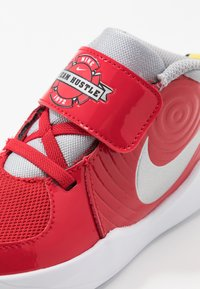 Nike Performance - TEAM HUSTLE D 9 - Basketbalové boty - university red/metallic silver/wolf grey/white - 2