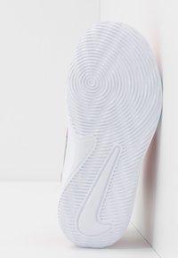 Nike Performance - TEAM HUSTLE D 9 - Basketbalové boty - university red/metallic silver/wolf grey/white - 5