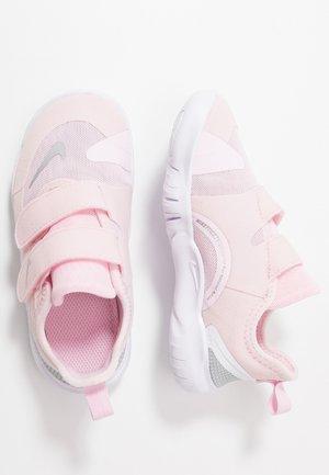 FREE RN - Laufschuh Neutral - pink foam/metallic silver/wolf grey