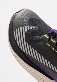Nike Performance - FUTURE SPEED 2 SHIELD - Chaussures de running neutres - black/reflect silver/desert sand/voltage purple - 2