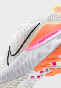 Nike Performance - RENEW RUN - Hardloopschoenen neutraal - white/black/platinum tint/pink blast/lemon/total orange - 2