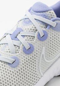 Nike Performance - RENEW RUN - Obuwie do biegania treningowe - photon dust/white/lightt thistle/black - 2