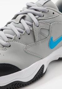 Nike Performance - COURT LITE 2 - Tenisové boty na všechny povrchy - light smoke grey/blue hero/off noir/white - 2