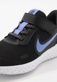 Nike Performance - REVOLUTION 5 GLITTER - Obuwie do biegania treningowe - black/sapphire/lemon/white - 2