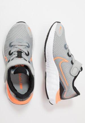 RENEW RUN - Obuwie do biegania treningowe - light smoke grey/total orange/black/white