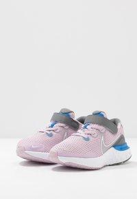 Nike Performance - RENEW RUN - Obuwie do biegania treningowe - iced lilac/white/smoke grey/light smoke grey - 3