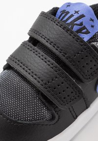 Nike Performance - PICO 5 GLITTER  - Kuntoilukengät - black/white/sapphire - 2