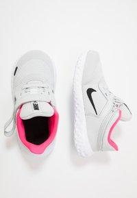 Nike Performance - REVOLUTION 5 FLYEASE - Hardloopschoenen neutraal - photon dust/black/white/pink glow - 0