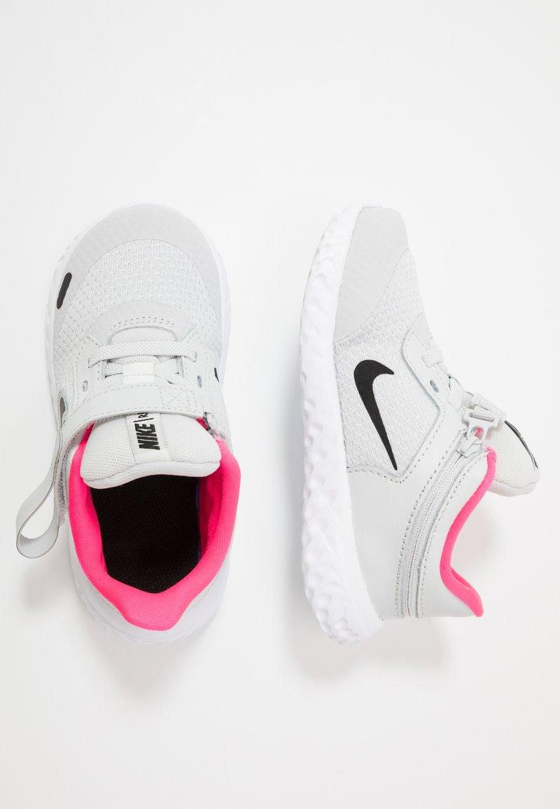 Nike Performance - REVOLUTION 5 FLYEASE - Hardloopschoenen neutraal - photon dust/black/white/pink glow