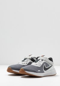Nike Performance - REVOLUTION 5 FLYEASE - Chaussures de running neutres - light smoke grey/dark smoke grey/photon dust/medium brown - 3