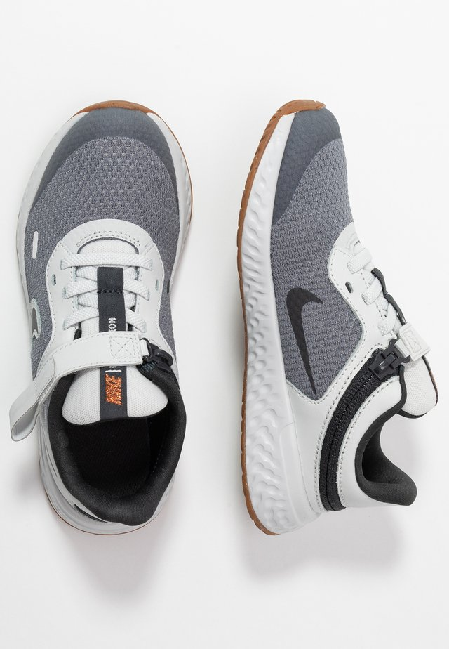 REVOLUTION 5 FLYEASE - Zapatillas de running neutras - light smoke grey/dark smoke grey/photon dust/medium brown