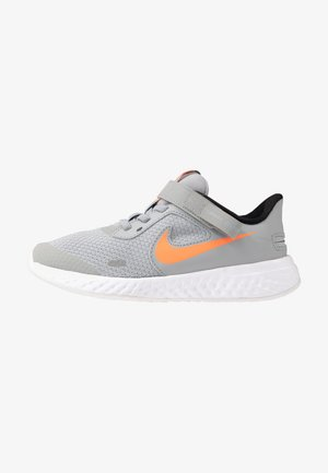 REVOLUTION 5 FLYEASE - Chaussures de running neutres - light smoke grey/total orange/white/black
