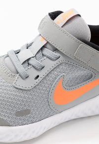 Nike Performance - REVOLUTION 5 FLYEASE - Scarpe running neutre - light smoke grey/total orange/white/black - 2