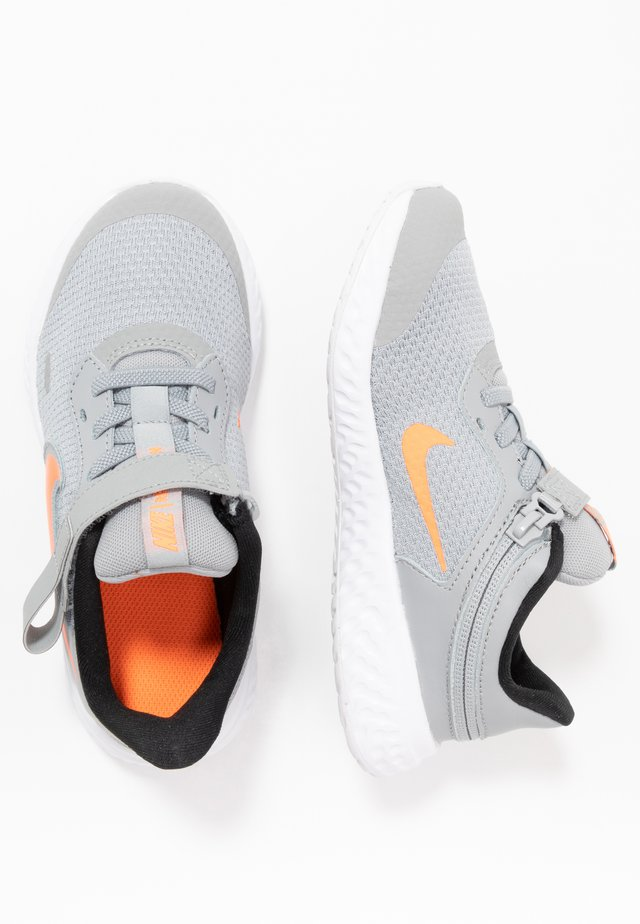 REVOLUTION 5 FLYEASE - Juoksukenkä/neutraalit - light smoke grey/total orange/white/black