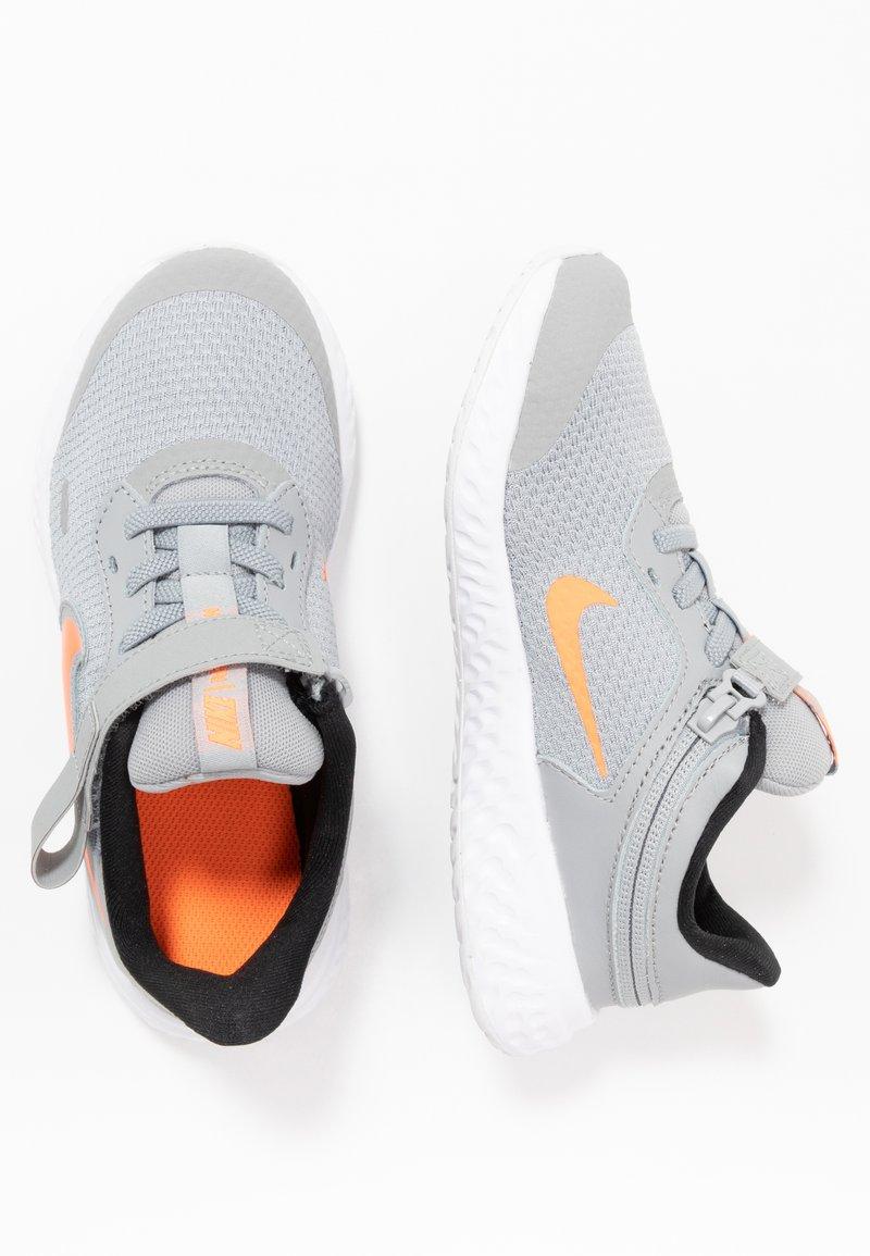 Nike Performance - REVOLUTION 5 FLYEASE - Obuwie do biegania treningowe - light smoke grey/total orange/white/black