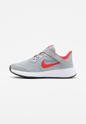 REVOLUTION 5 FLYEASE - Neutral running shoes - light smoke grey/university red/photon dust