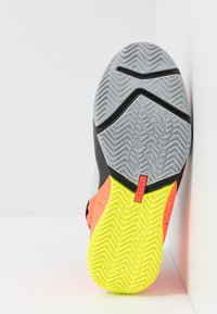 Nike Performance - LEBRON SOLDIER 13 FLYEASE - Basketbalschoenen - light smoke grey/laser crimson - 5