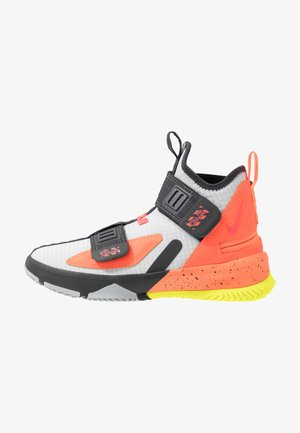 LEBRON SOLDIER 13 FLYEASE - Basketbalové boty - light smoke grey/laser crimson
