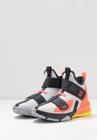 Nike Performance - LEBRON SOLDIER 13 FLYEASE - Basketbalschoenen - light smoke grey/laser crimson - 3