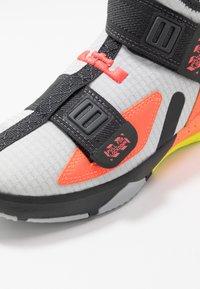 Nike Performance - LEBRON SOLDIER 13 FLYEASE - Basketbalschoenen - light smoke grey/laser crimson - 2