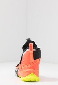 Nike Performance - LEBRON SOLDIER 13 FLYEASE - Basketbalschoenen - light smoke grey/laser crimson - 4