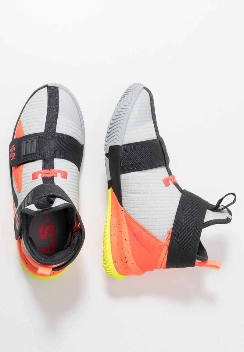 Nike Performance - LEBRON SOLDIER 13 FLYEASE - Basketbalové boty - light smoke grey/laser crimson