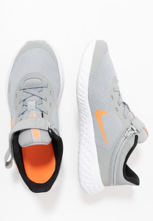 REVOLUTION 5 FLYEASE - Obuwie do biegania treningowe - light smoke grey/total orange/white-black