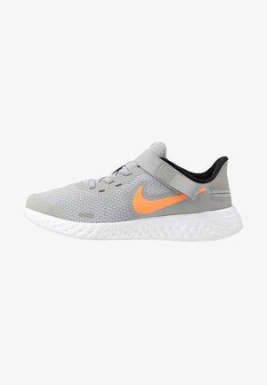 REVOLUTION 5 FLYEASE - Neutral running shoes - light smoke grey/total orange/white-black